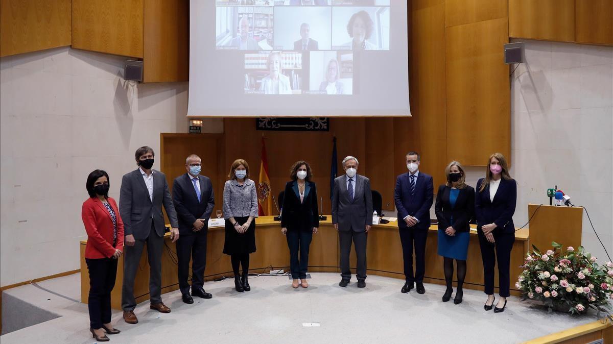 GRAF2819  MADRID  12 04 2021 - La ministra de Hacienda Maria Jesus Montero (c) posa con los miembros del Comite de Personas Expertas para la Reforma Fiscal en el Instituto de Estudios Fiscales (IEF) en Madrid este lunes   EFE Emilio Naranjo