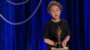 Yuh-Jung Youn, tras recibir el Oscar por su trabajo en 'Minari'.