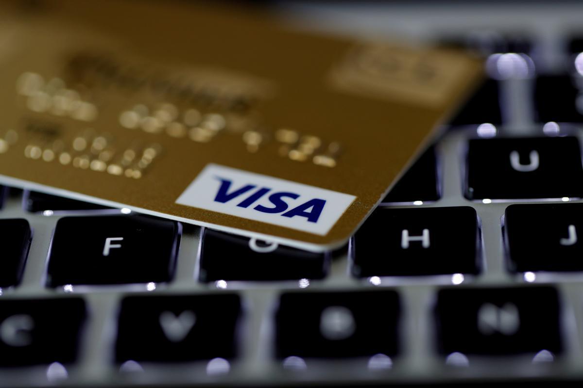 Una tarjeta Visa sobre un teclado de ordenador.