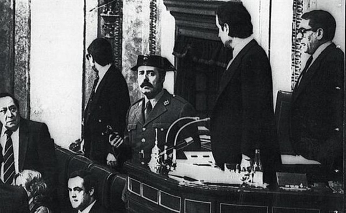 El teniente coronel Antonio Tejero, pistola en mano, en la tribuna del Congreso durante la intentona del 23 de febrero de 1981.