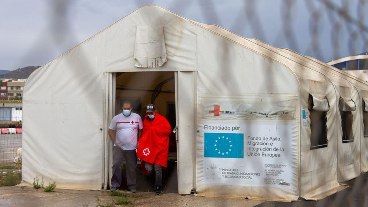 Personal de Cruz Roja acompaña a uno de los quince inmigrantes.