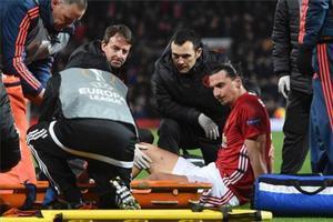 Zlatan Ibrahimovic, retirado en camilla.