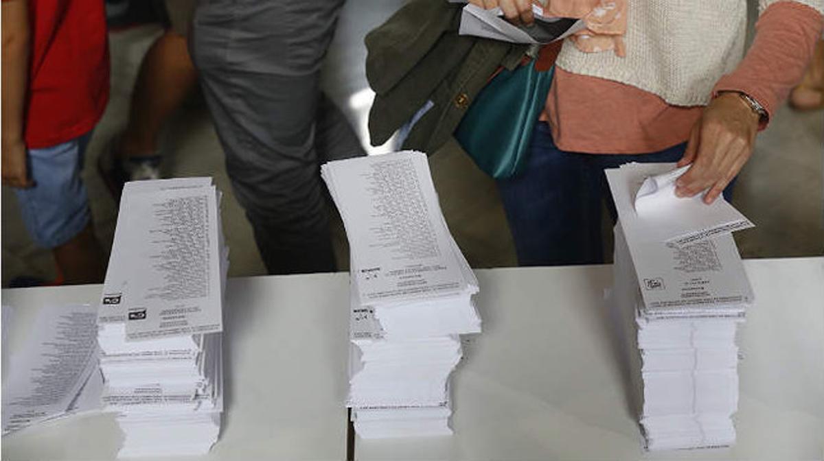 Papeletas electorales en un colegio de Barcelona.