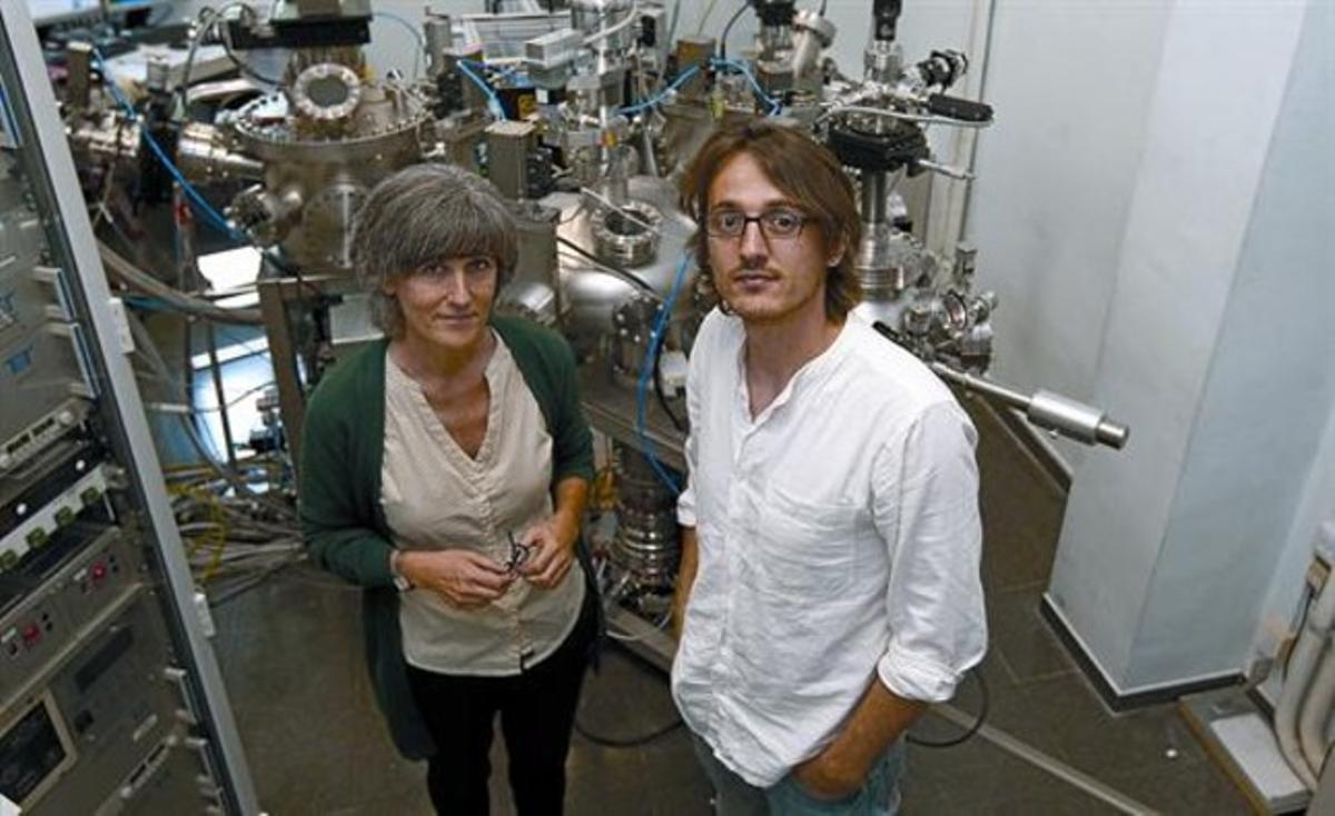 Anna Roig y Mariano Campoy, subdirectora e investigador del Institut de Ciències de Materials de Barcelona, el viernes, en las instalaciones del centro.