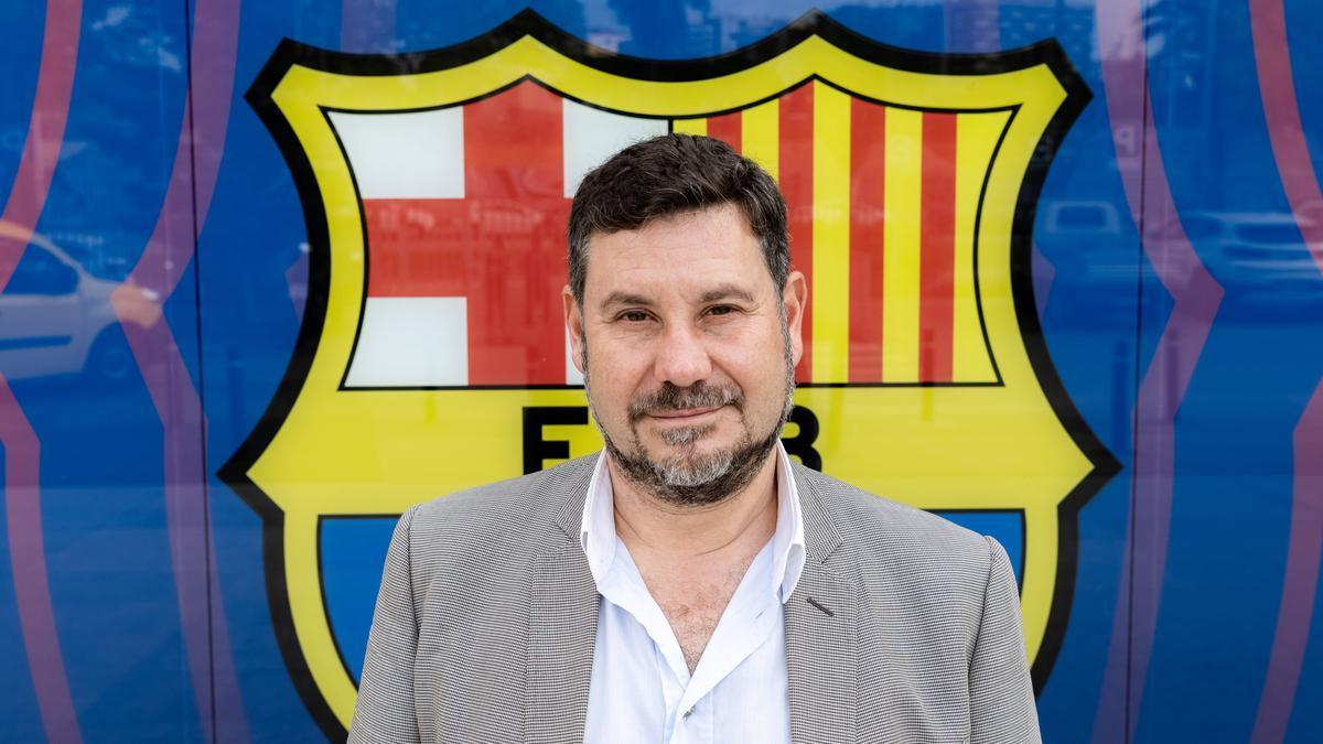 Romeu posa junto al escudo que preside las oficinas del Camp Nou.
