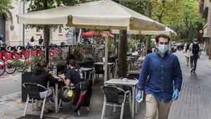 Terrazas en la calle Enric Granados en Barcelona, el pasado julio.