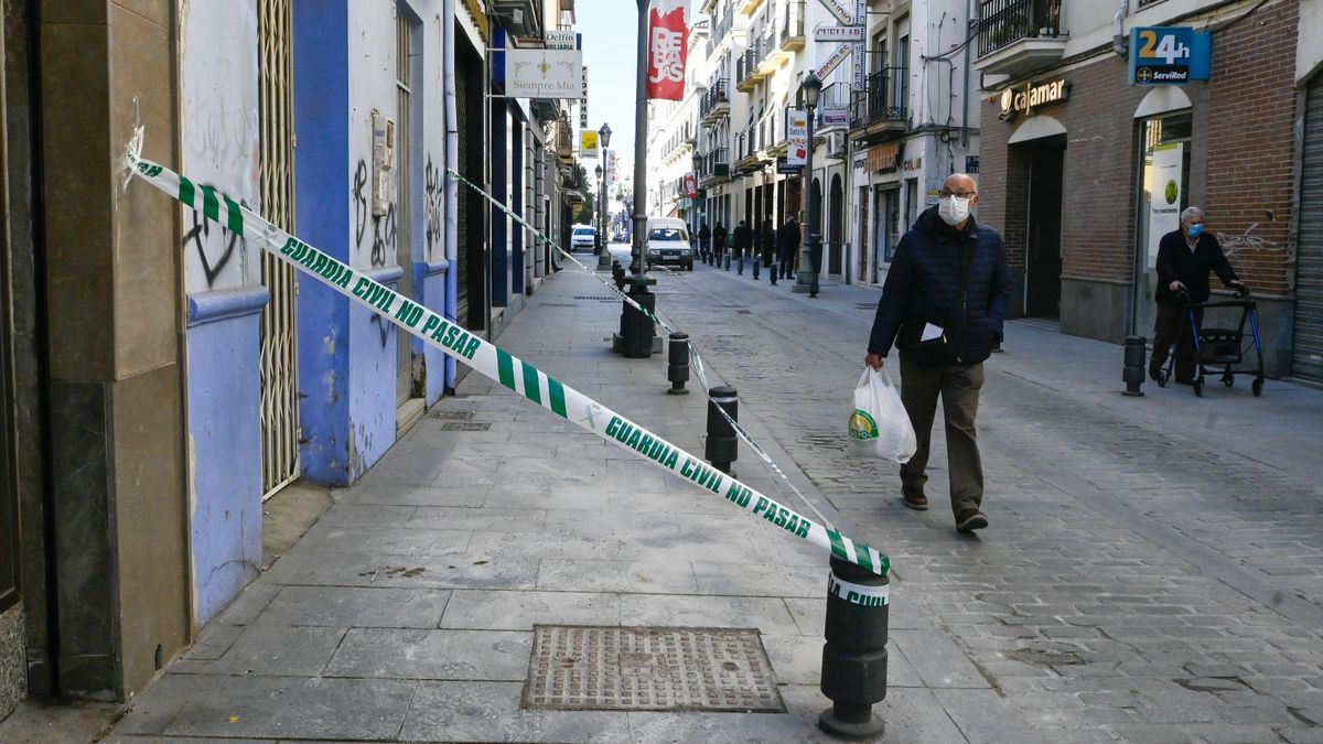 Un hombre pasa junto a una zona precintada por seguridad en la localidad granadina de Santa Fe, este jueves.