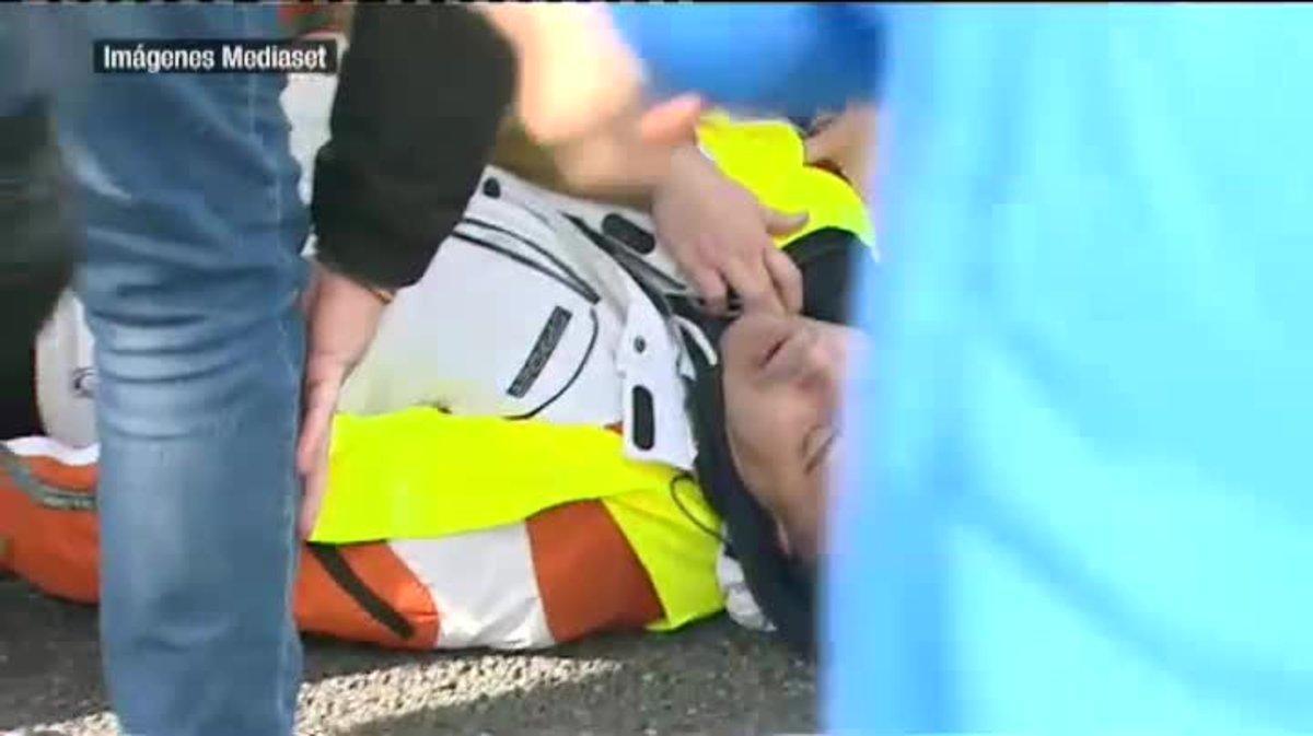 Los taxistas cortan la carretera A2 a las 13:30 horas. Uno de ellos intenta frenar un vehículo VTC y al caer se golpea en la cabeza y queda inconsciente en el suelo.