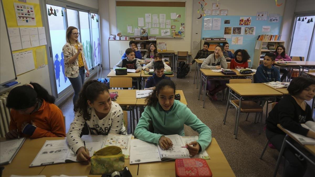 Una docente da clase en el colegio Joan Maragall de El Prat de Llobregat, el curso pasado.