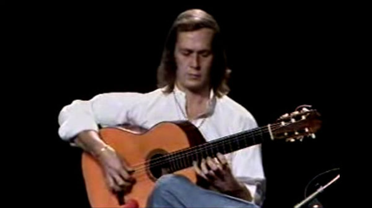 Elguitarrista tocando la pieza de guitarra que combina flamenco y gypsy-jazz.