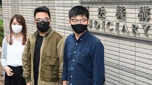 De izquierda a derecha, Agnes Chow, Ivan Lam, y Joshua Wong llegan a la corte en Hong Kong.