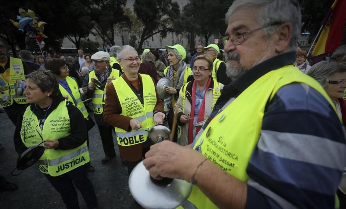 Varios jubilados de la Marea Pensionistaen una manifestación en defensa de las pensiones y los servicios públicos en Barcelona, en octubre del 2015.