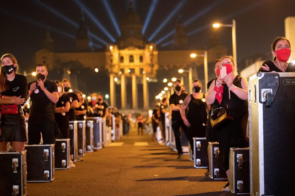 Centenares de trabajadores de las artes escénicas se manifiestan, el pasado jueves en Barcelona, durante la iniciativa 'Alerta roja eventos' para visibilizarla alarmante situación actual del sector de la cultura por la pandemia.