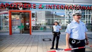 Policías alemanes acordonan la farmacia del secuestro en Colonia.