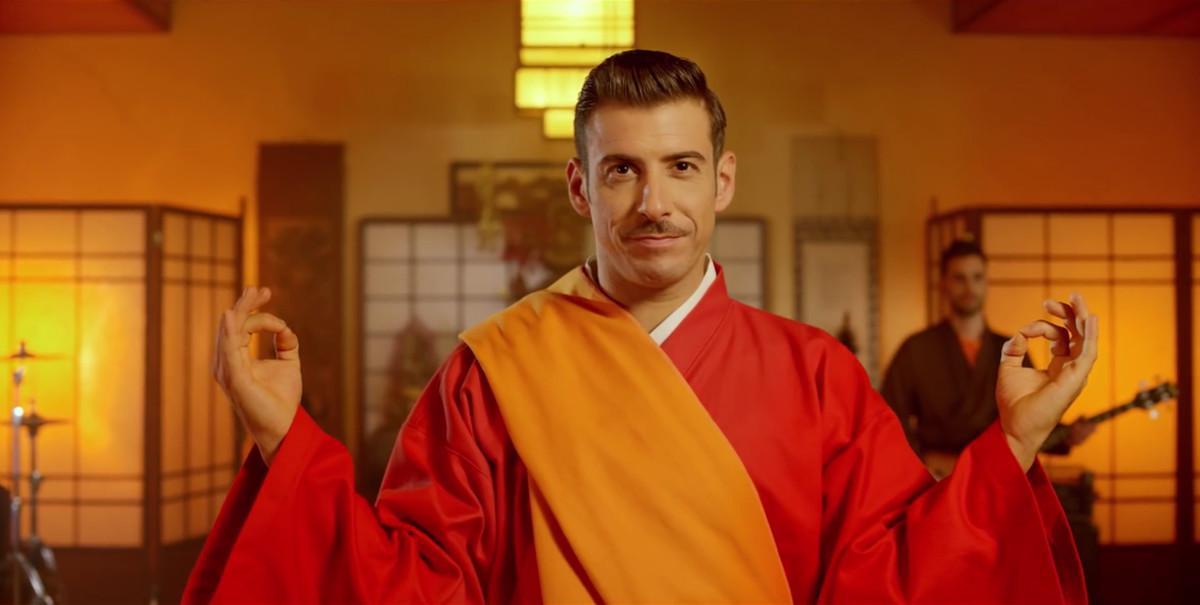 El cantante Francesco Gabbani, representante de Italia en el Festival de Eurovisión, en una imagen del vídeo promocional de su canción en el certamen.