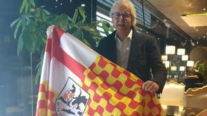 El dueño de la Bruixa d'Or, Xavier Gabriel, posa con la bandera tabarnesa.