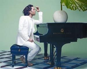Wainwright, al piano, en una imagen que aparecerá en 'Dominical'.