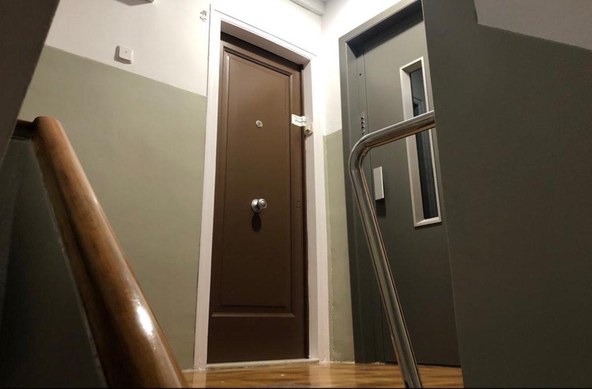 La puerta del piso, ahora precintado, donde han sido hallados muertos los dos ancianos.