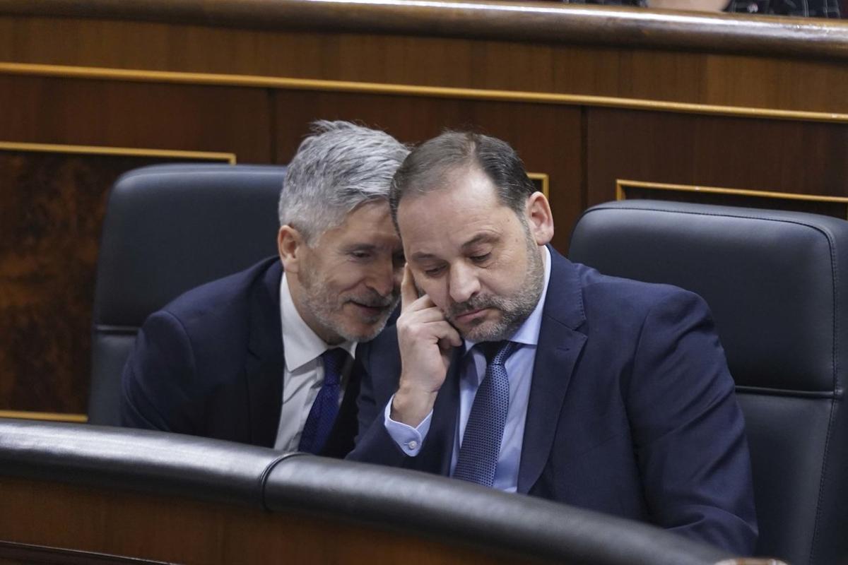 El ministro del Interior, Marlaska (i), junto al ministro de Transportes Ábalos (d).