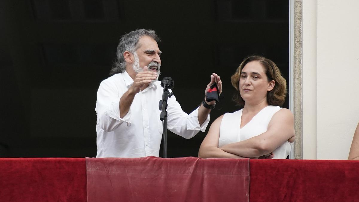Momentos tensos en el pregón de las fiestas de Gràcia. Silbidos contra Colau e intervención de Jordi Cuixart.