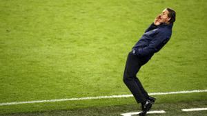 Mancini da instrucciones en Wembley.