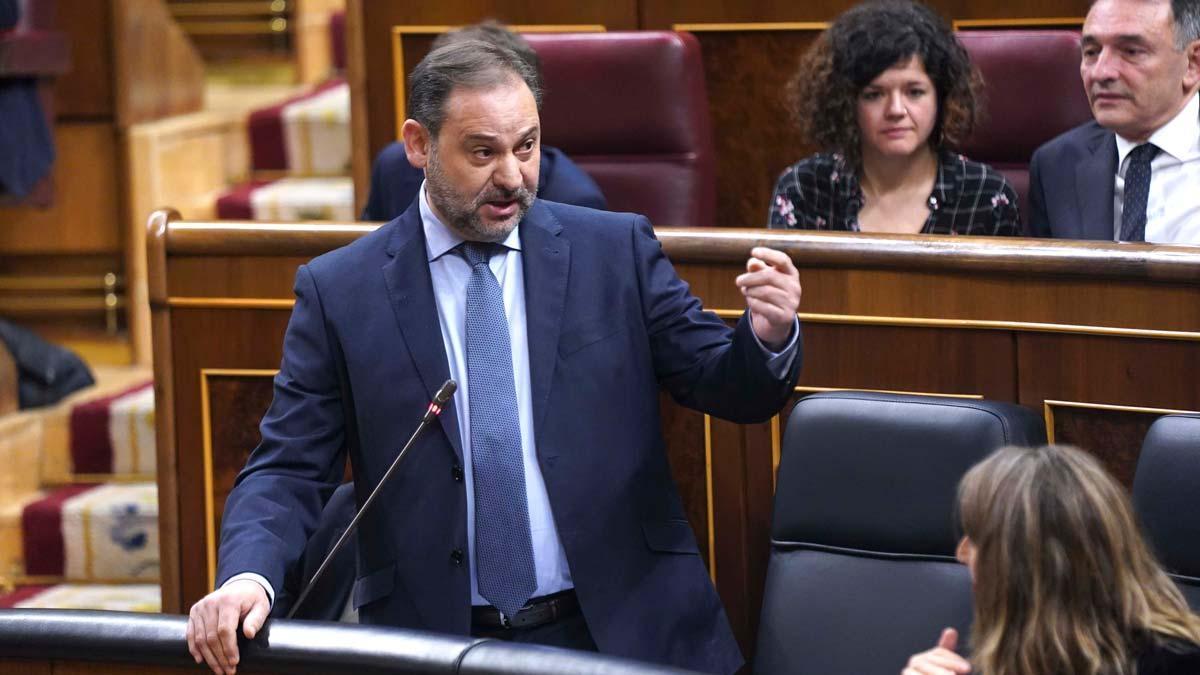 La oposición grita dimisión a Ábalos y el Gobierno responde aplaudiendo.