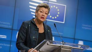 La comisaria europea de Interior,Ylva Johansson, durante la rueda de prensa posterior a la reunión que ha mantenido con sus homólogos de los 27.