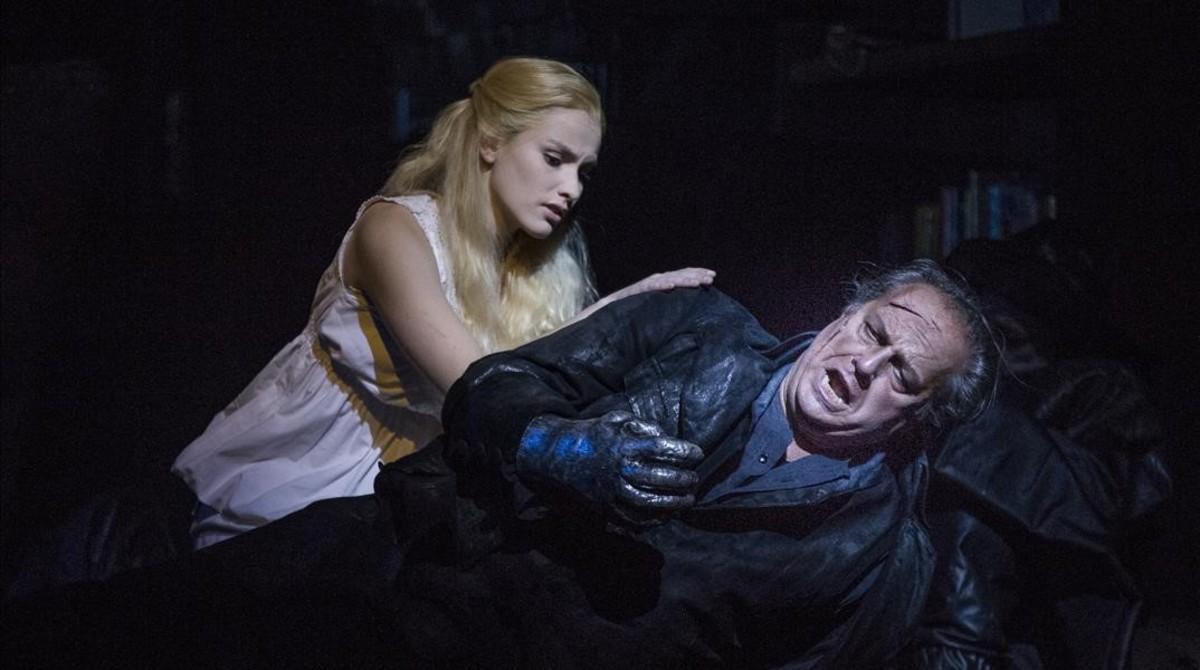 Albert Dohmen (Holandés) y la figurante que interpreta a Senta en determinadasescenas en'El holandés errante', de Wagner,en el Liceu.