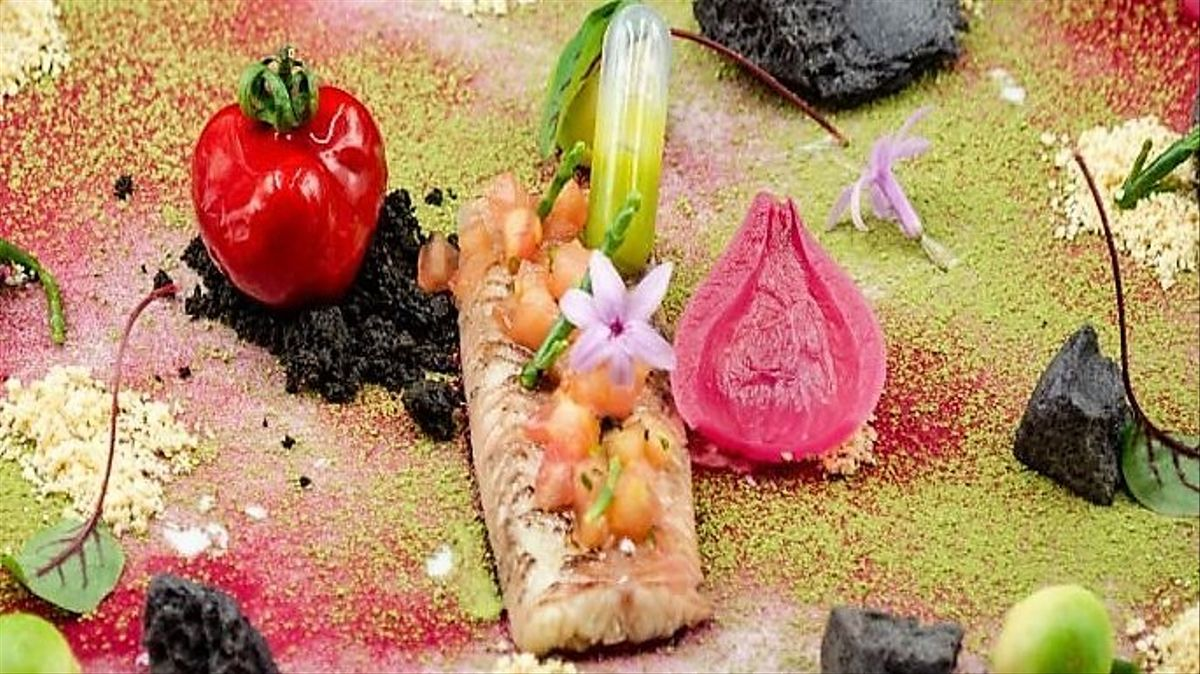 Anguila en escabeche de té 'matcha' y aroma de rosas con 'foie'.
