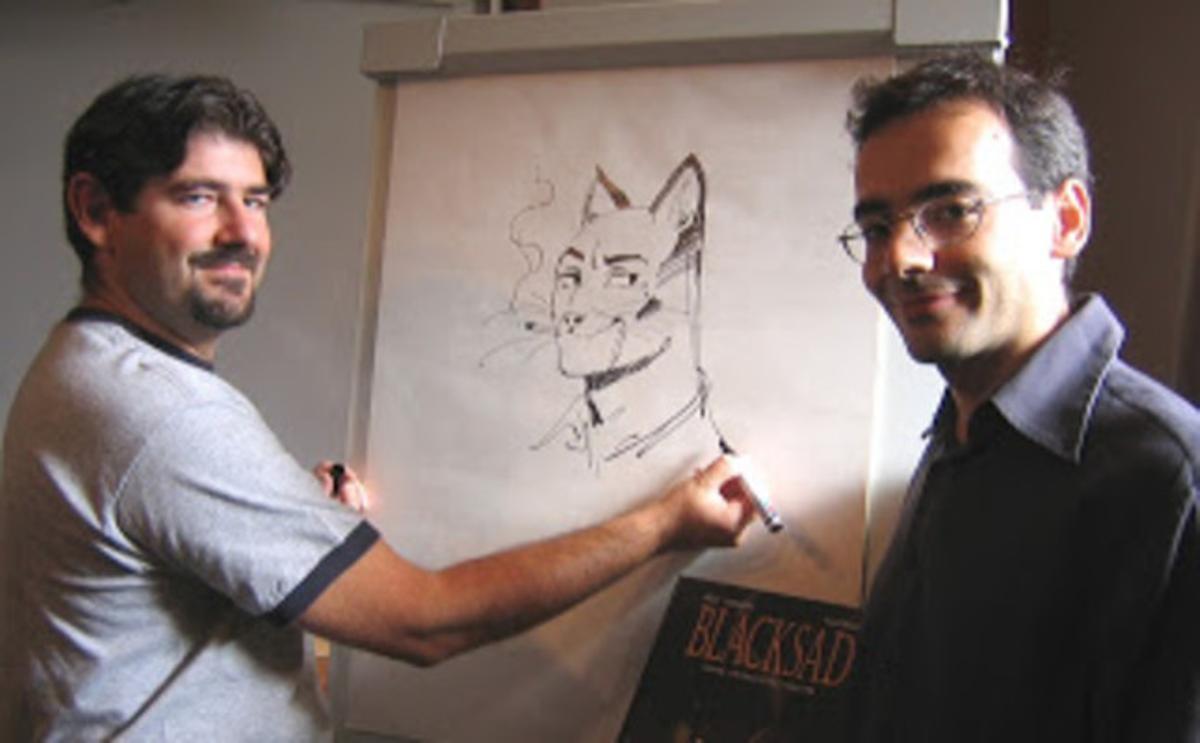 Juan Díaz Canales (derecha), con Juanjo Guarnido y la gran creación de ambos, Blacksad.