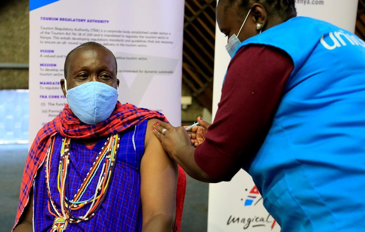 Una sanitaria de Covax inocula con Astrazeneca en Nairobi.