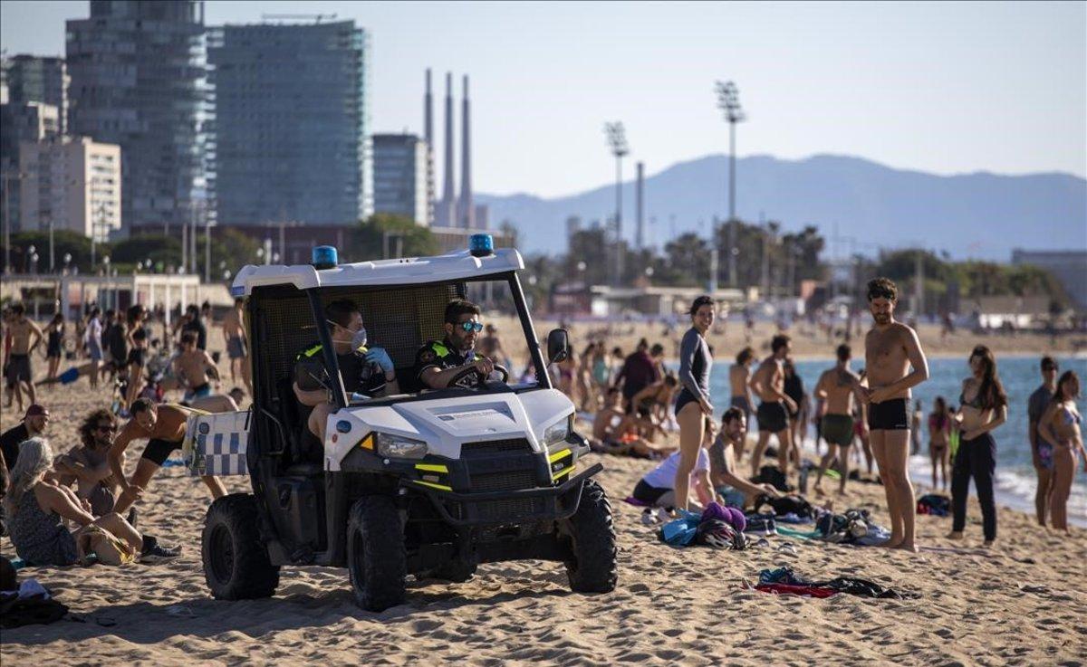 Agentes de la Guardia Urbana patrullan por las playas de Barcelona.