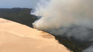 El humo de los incendios en Fraser Island se eleva sobre la isla