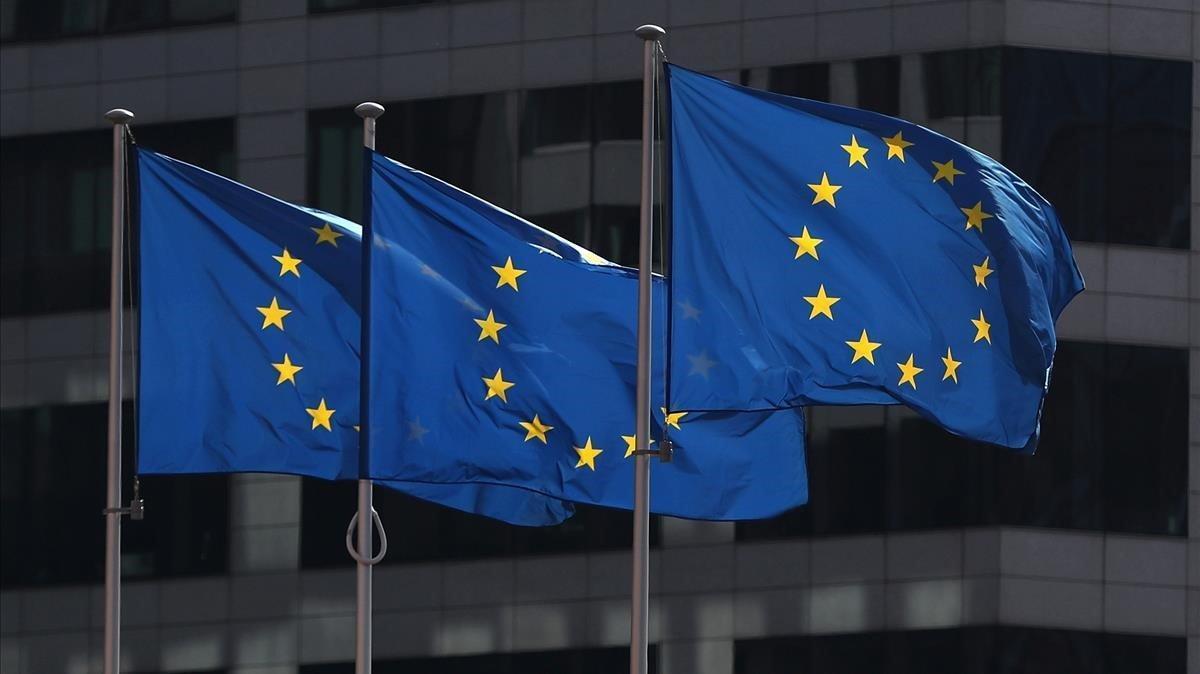 Banderas de la UE ondean en el exterior de la sede de la Comisión Europea en Bruselas.