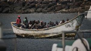 Un cayuco lleno de migrantes llega a territorio canario este fin de semana.
