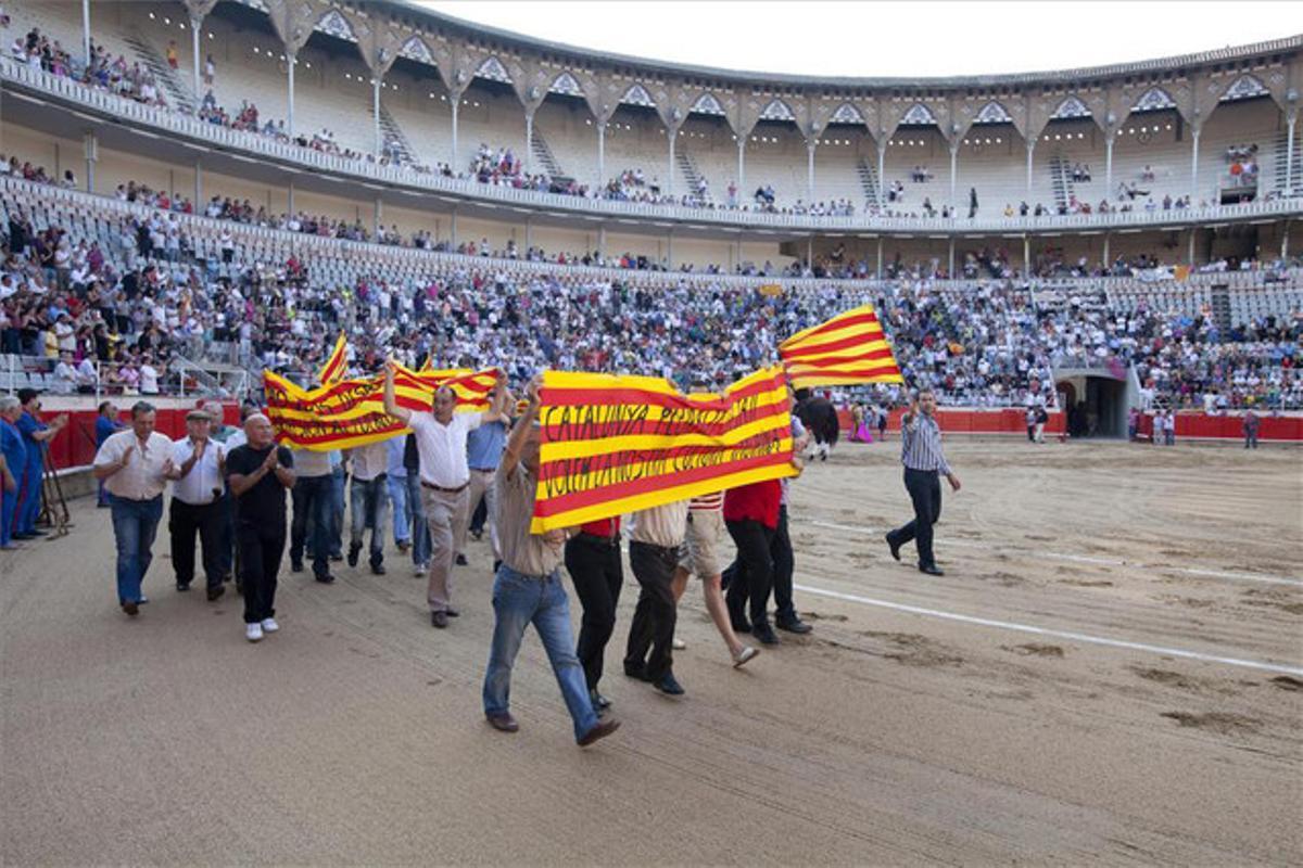 Protesta en la plaza de toros Monumental, de Barcelona, en julio del 2010, antes de celebrarse una de las últimas corridas en Catalunya.