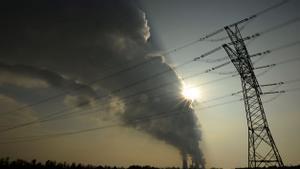 Una cortina de humo se eleva sobre la central eléctrica.