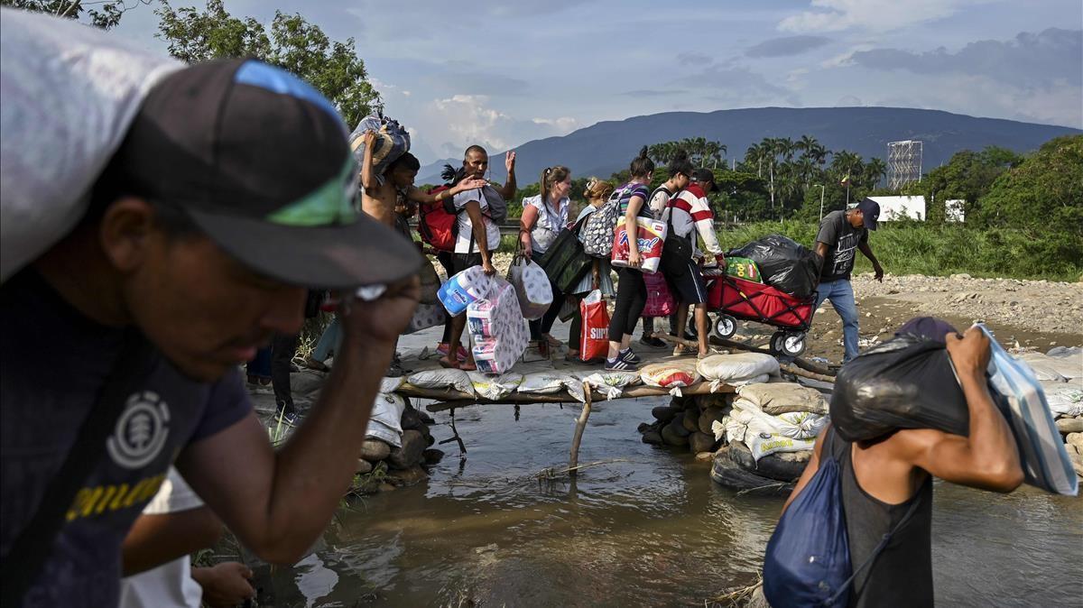 Migrantes cruzando la frontera entre Colombia y Venezuela por un paso informal, en los alrededores de Cúcuta, en una foto de archivo.