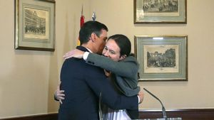 Abrazo entre Pedro Sánchez y Pablo Iglesias tras la firma del acuerdo.