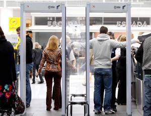 MADRID 09-09-2021 FOTOGRAFIA DE ARCHIVO  Pasajeros pasan el escáner de seguridad del aeropuerto de Munich el 18-11-2020 REUTERS/Michaela Rehle.