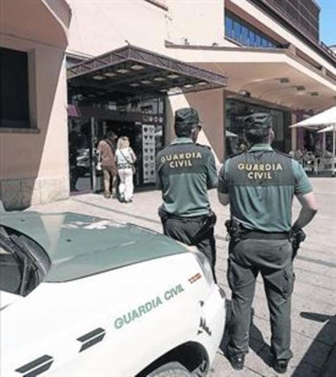 Agentes de la Guardia Civil, ante el Ayuntamiento de Reus, ayer.