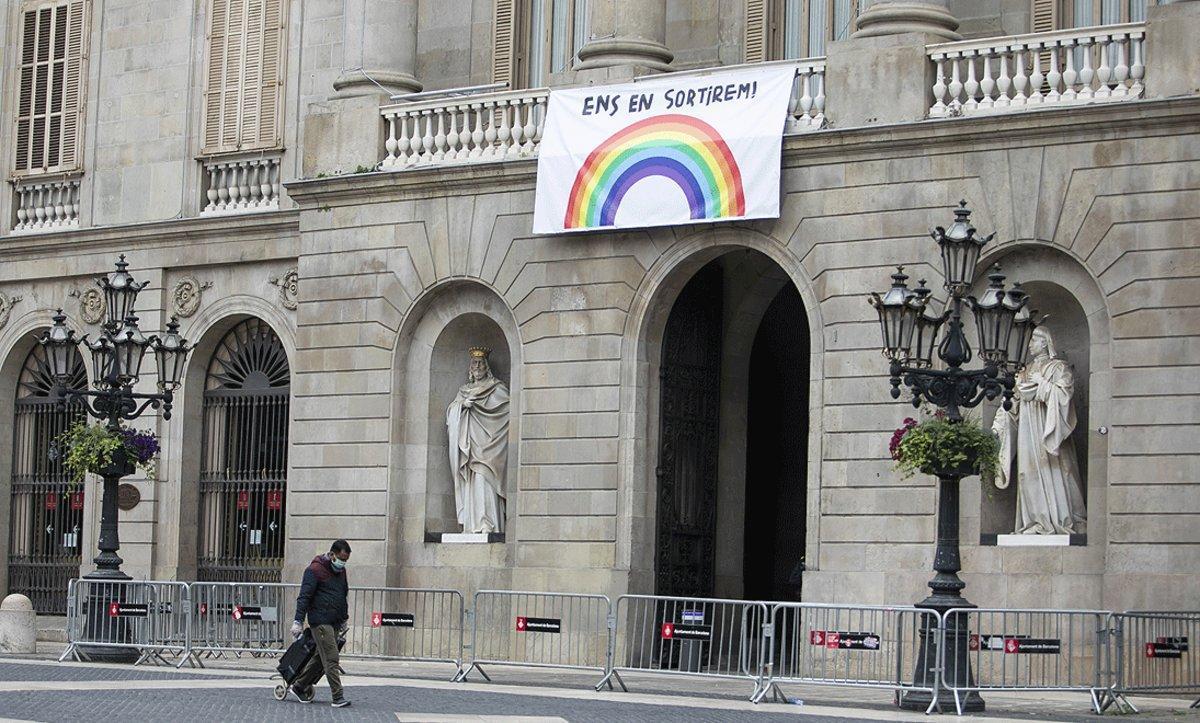 La fachada del Ayuntamiento de Barcelona, con un mensaje de ánimo, el pasado 17 de abril.