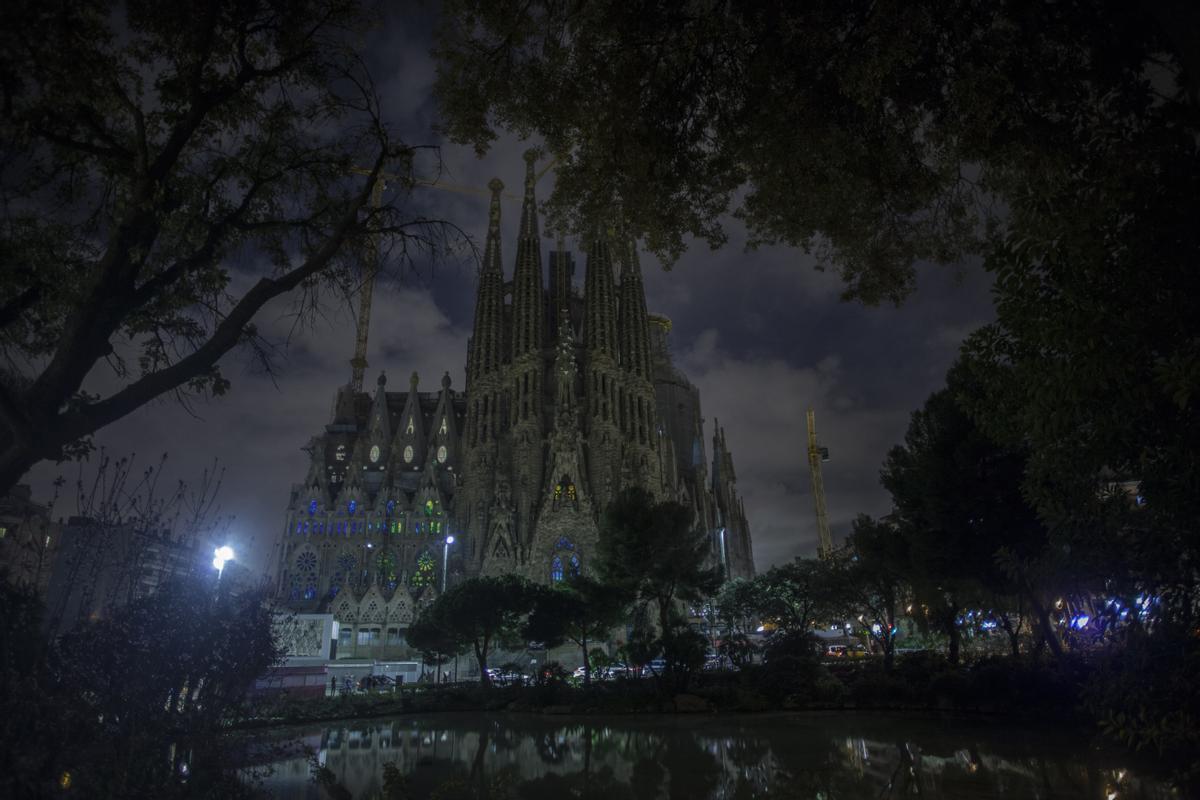 La Sagrada Familia apaga sus luces durante la Hora del Planeta en 2016.