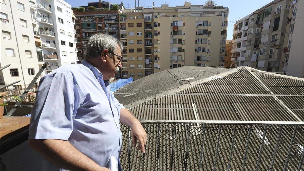 Imagen de archivo de Miguel Moreno, representante de Macosa, junto a la cubierta del antiguo Cine Borrell