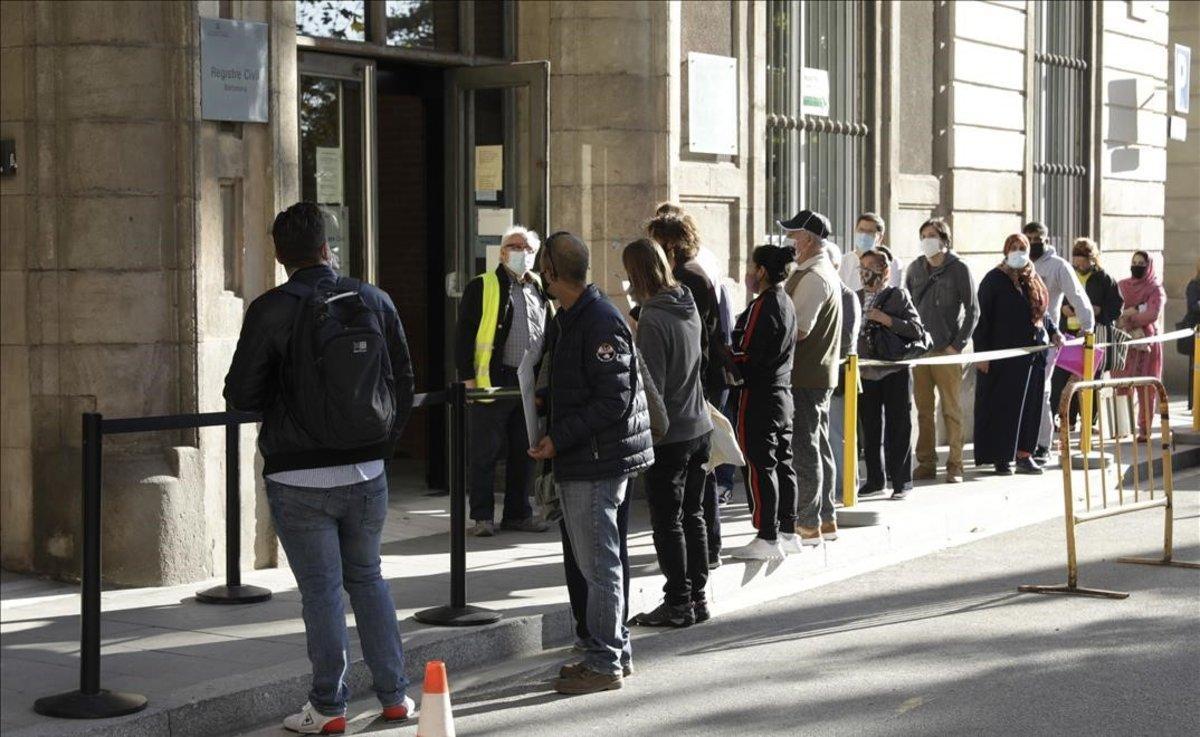 Colas de personas ante el Registro Civil de Barcelona, este lunes.