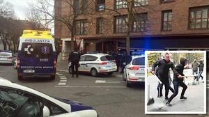 Una ambulancia en el lugar de los incidentes y los presuntos agresores.