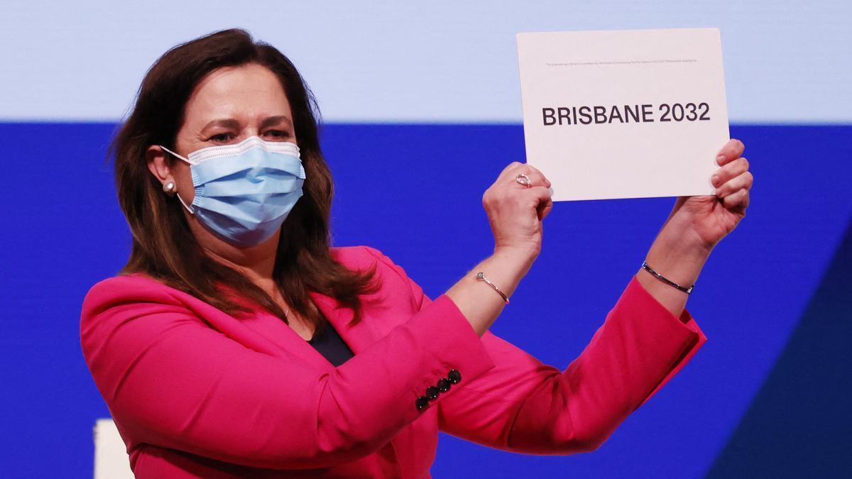Annastacia Palaszczuk muestra el cartel con el nombre de Brisbane, como próxima sede olímpica en 2032.