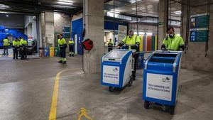 Las nuevas plataformas de limpieza, listas para iniciar el servicio, este lunes, en el parque de Joan Miró