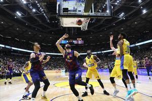 El azulgrana Mirotic lanza bajo canasta en la cancha del Maccabi