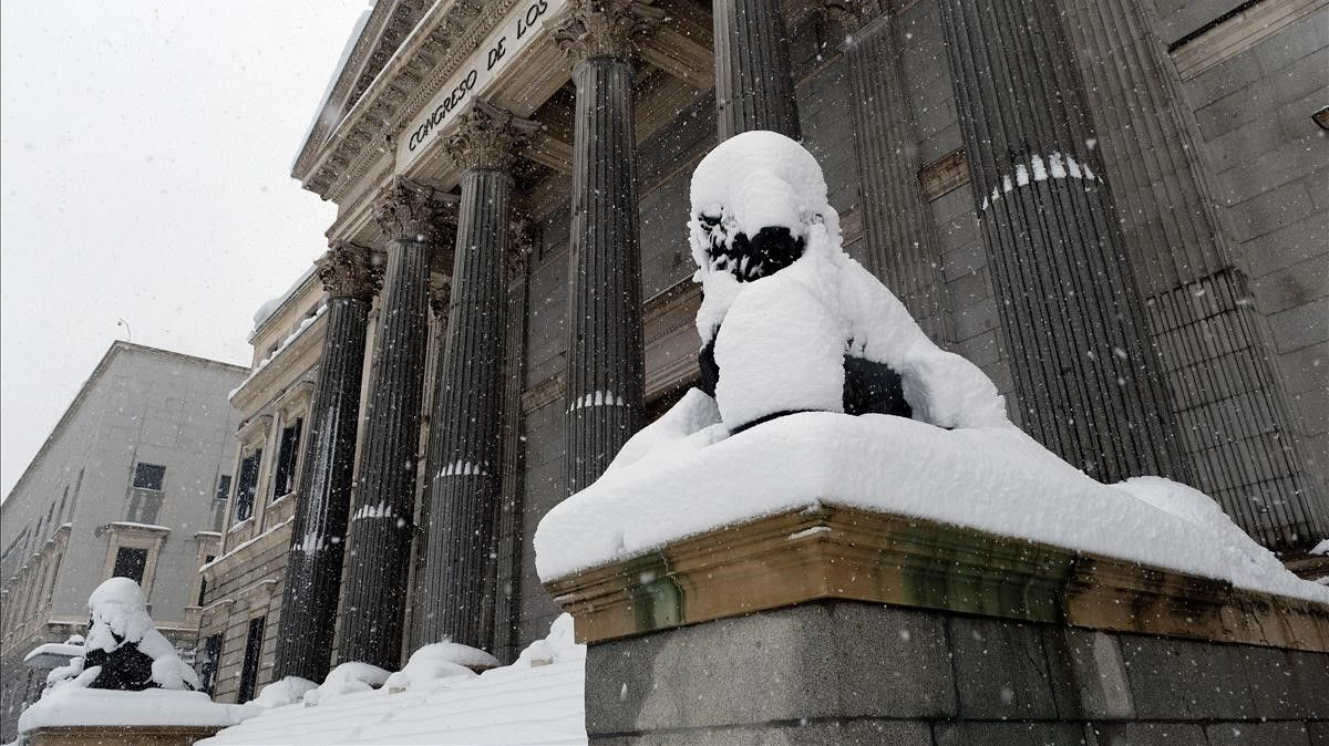 Vista del exterior del Congreso de los Diputados en Madrid, el pasado sábado, cuando la borrasca 'Filomena' cubrió de nieve la ciudad.